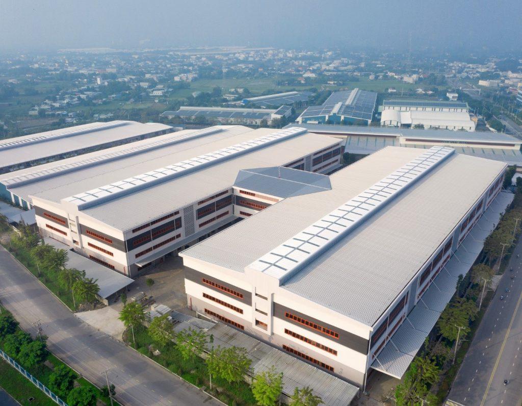 Nhà xưởng có tầng Kizuna 3 – Long An sử dụng vật liệu tôn cao cấp Colorbond công nghệ Activate chống ăn mòn vượt trội là điển hình cho xu thế xây dựng trung tâm kho vận hiện đại